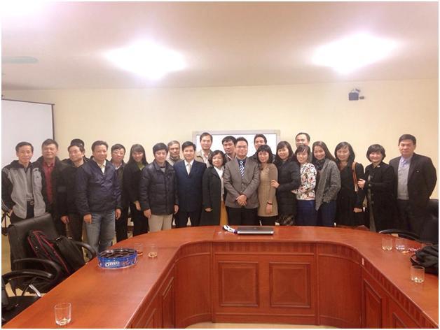 Luật sư Nguyễn Thanh Hà chụp ảnh cùng các thành viên CLB Luật sư Việt Nam