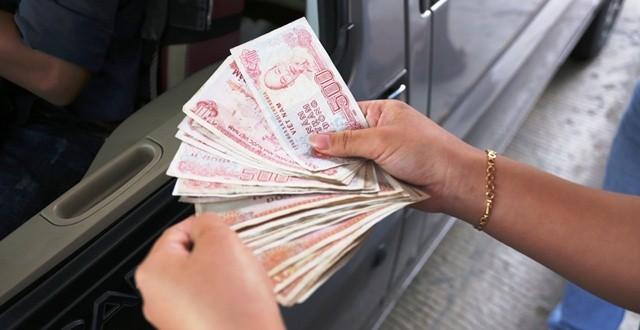 Tài xế dùng tiền lẻ trả tiền trạm BOT có vi phạm pháp luật-sblaw